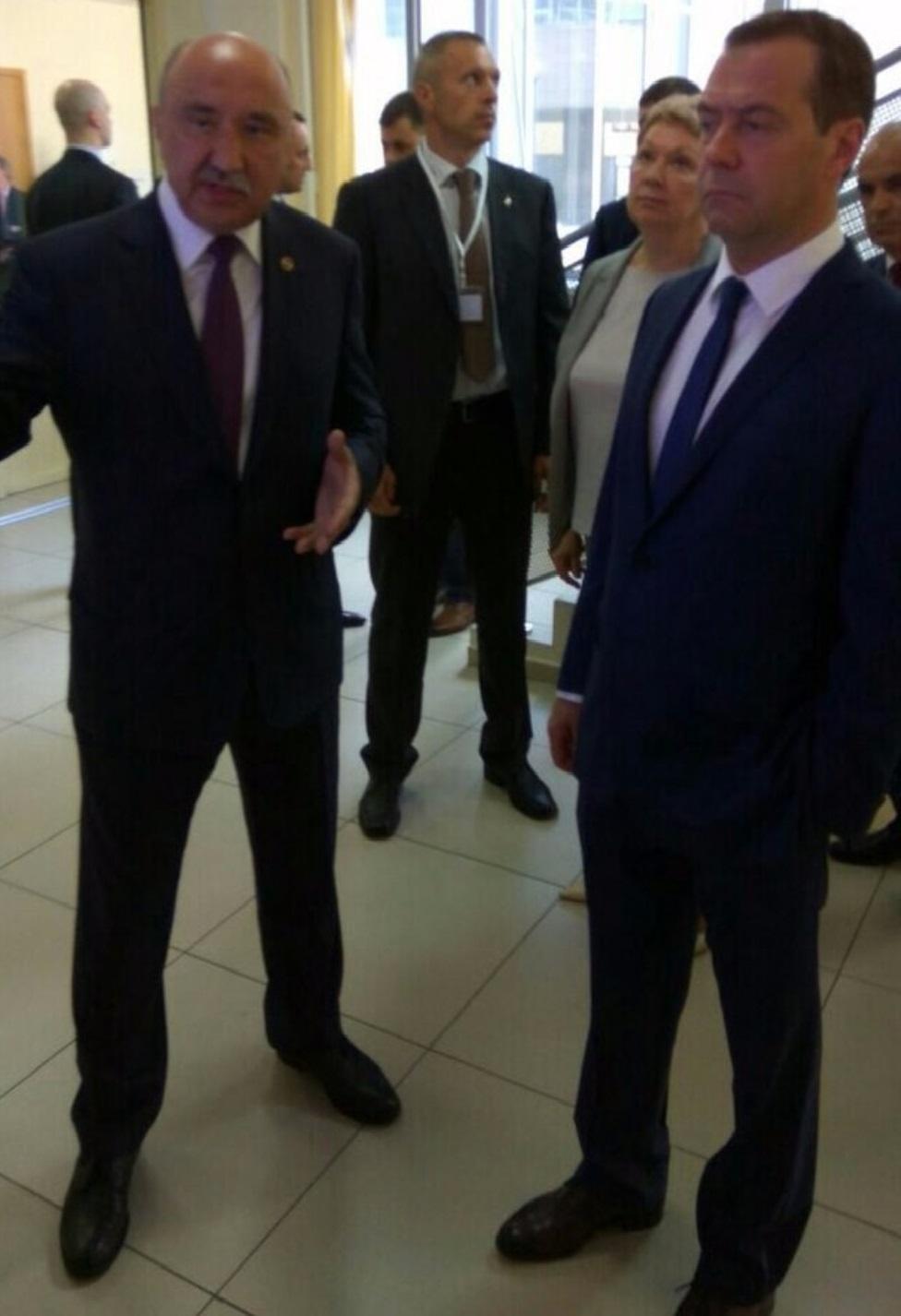 Медведев в Казани поручил поддержать производителей медтренажеров РФ